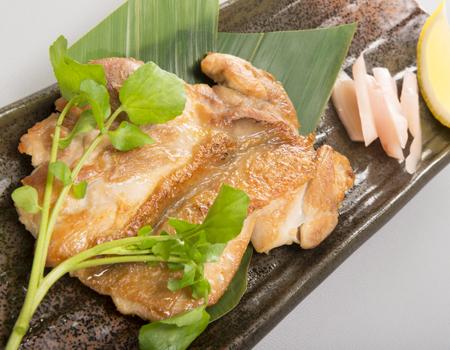 鶏もも燻し焼き 616円/炭焼隠家ダイニング いぶしぎん